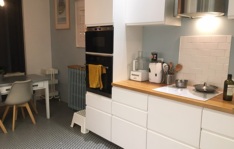 idée rénovation maison : carreaux vintage et meubles modernes dans la cuisine