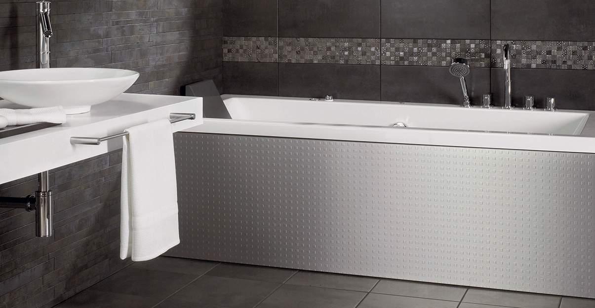 Marier les gris pour structurer une grande salle de bain