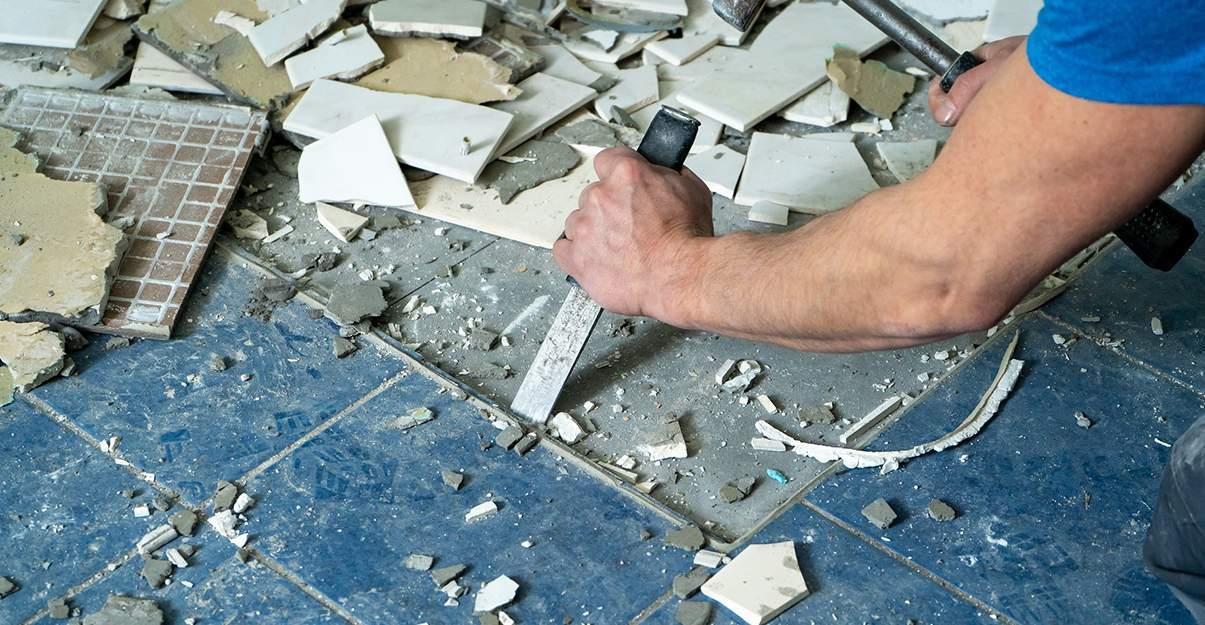 Rénover un carrelage : déposer les carreaux endommagés
