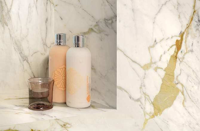 Un revêtement mural de douche en marbre