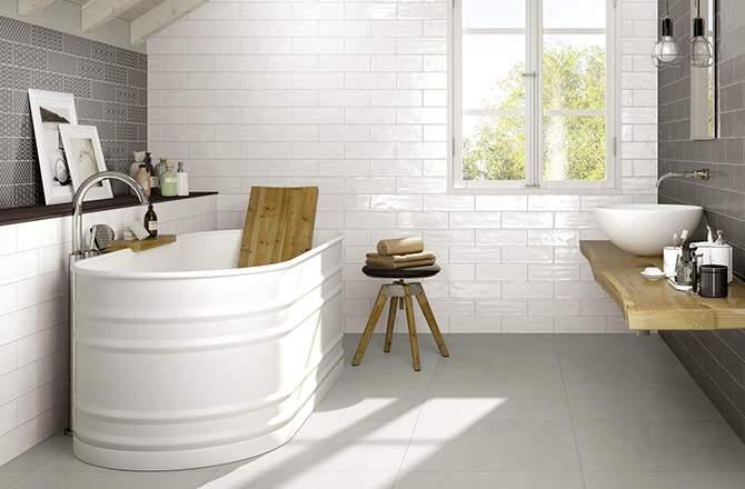 Salle de bain blanche et grise