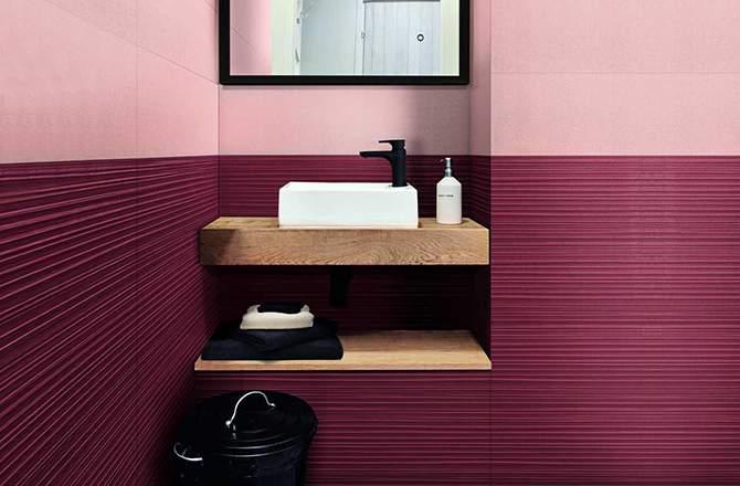 Murs rose et meuble en bois clair pour salle de bain sophistiquée