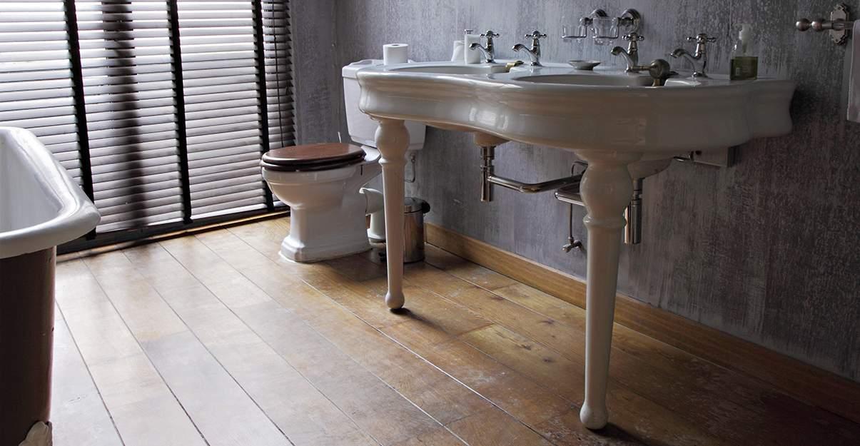 Sol de salle de bains: pensez au parquet