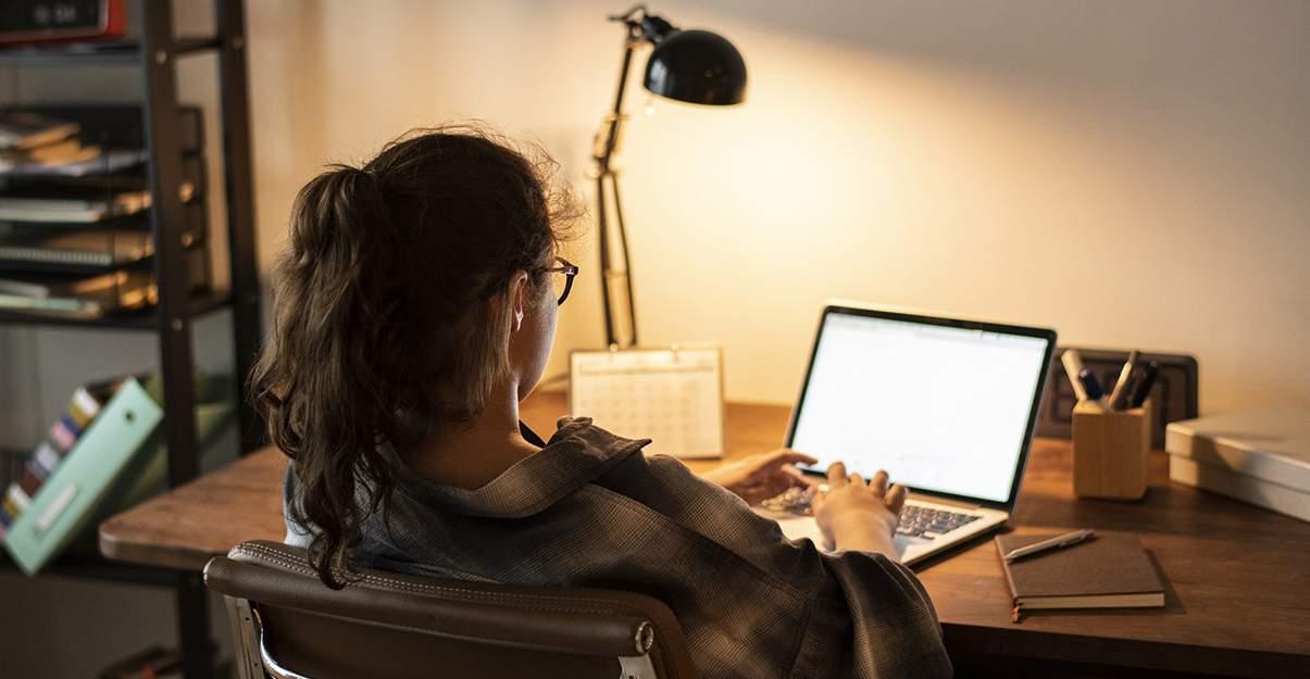 Aménager une petite chambre pour deux ados: espace de travail et concentration