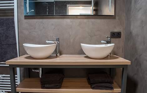 Revêtement mural de salle de bain:  le béton ciré