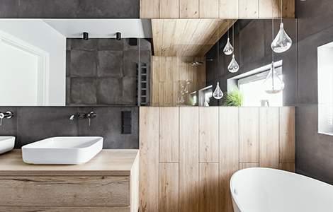 Revêtement mural de salle de bain: le lambris bois