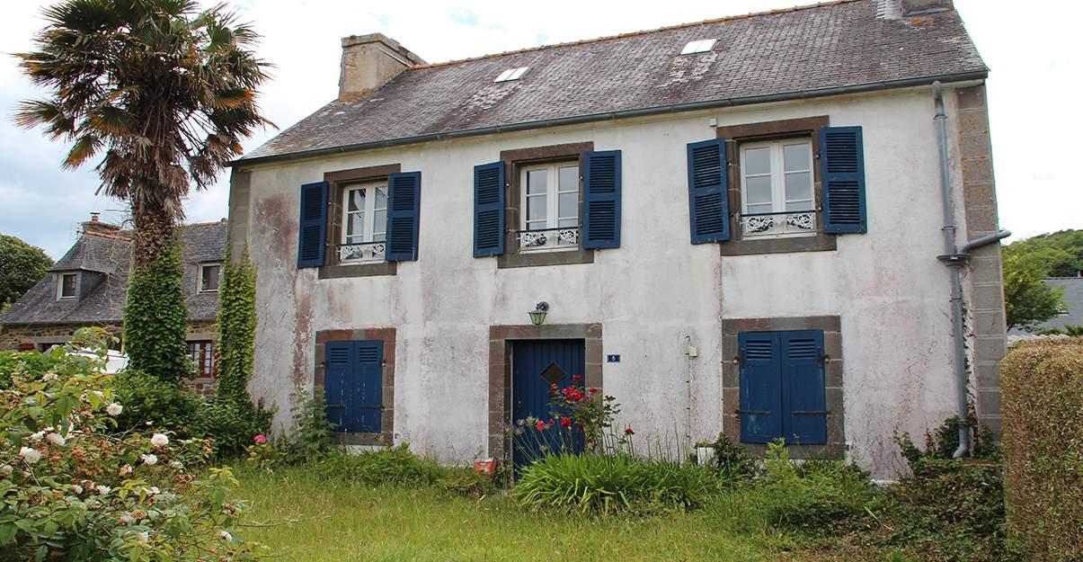 Rénovation de maison dans l'Ouest de la France: réparer les dégâts occasionnés par l'air marin