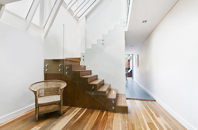 Aménager un duplex: utiliser l'espace sous escalier