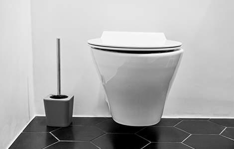 Le carrelage manquant est masqué par le bâti supportant le wc suspendu