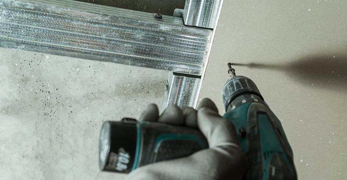 La plaque de plâtre est fixée sur la structure métallique composée de fourrures et de montants.