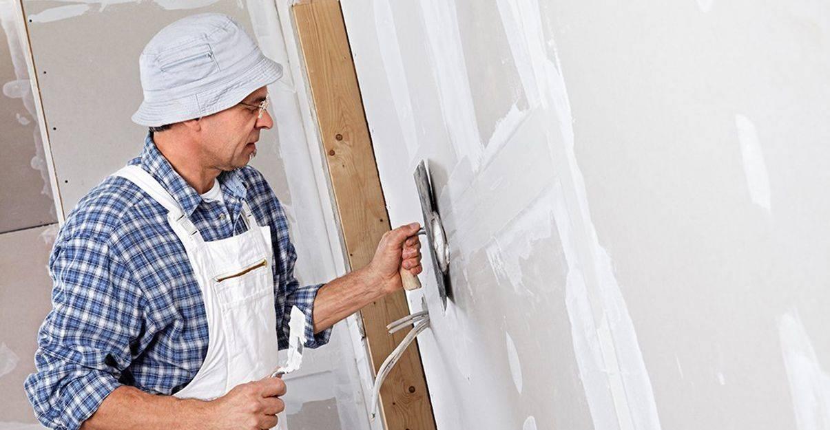 Une mission du plâtrier-plaquiste : préparer les surfaces brutes.
