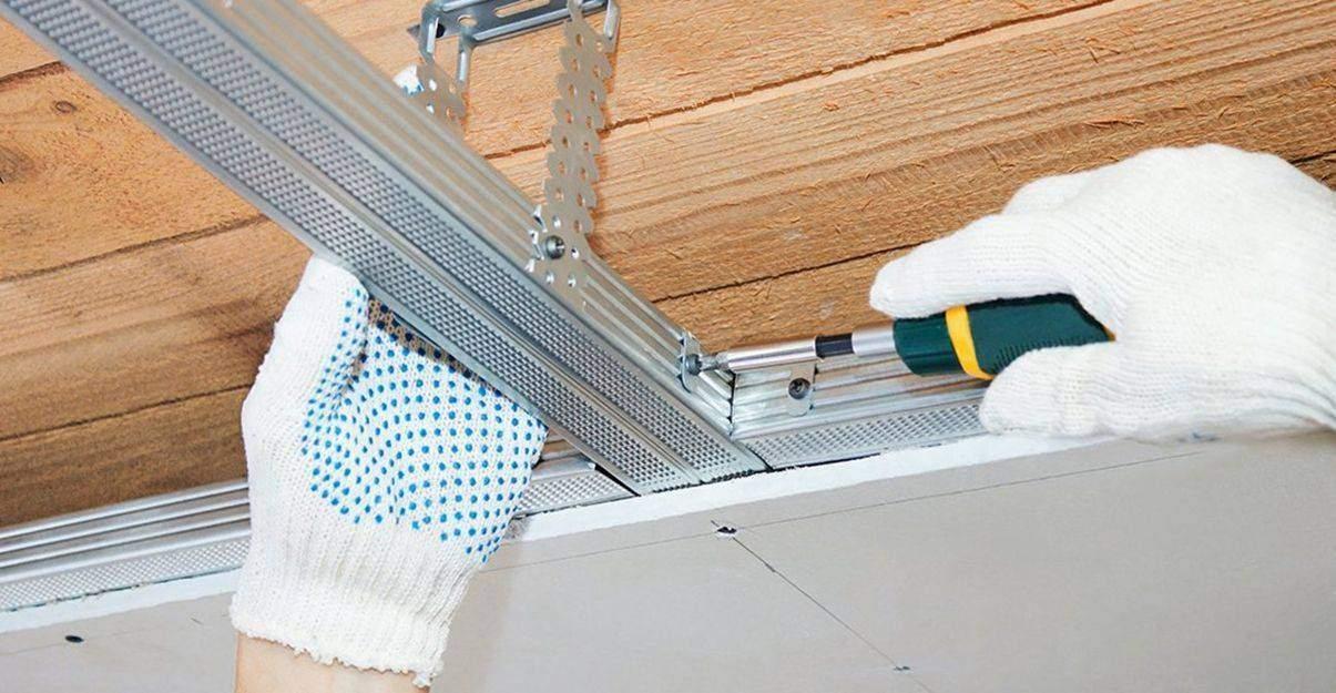Les suspentes sont fixées au plafond et permettent la pose d'ossature en hauteur