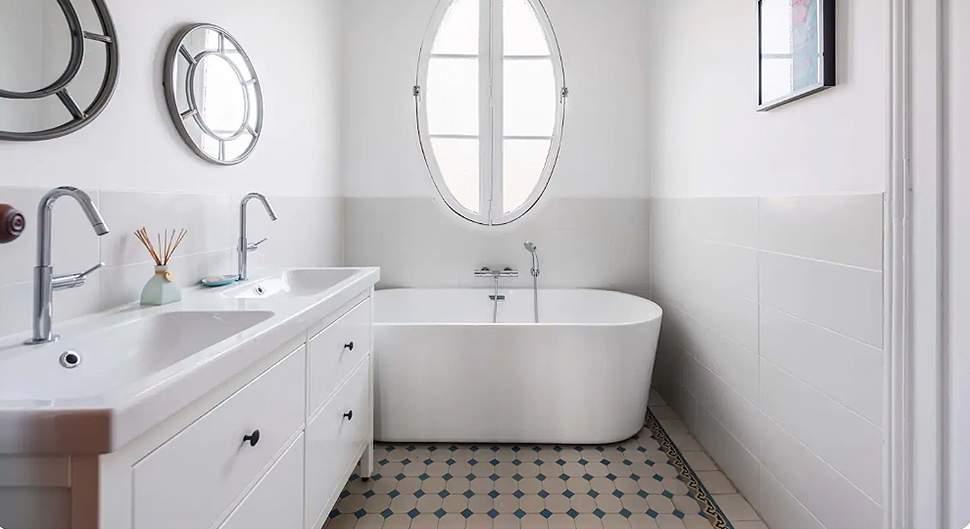 Rénover une salle de bain en conservant le carrelage