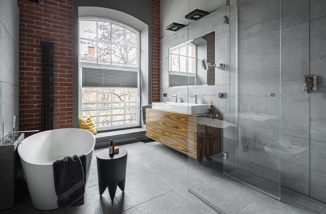 Revêtement sol salle de bain industrielle béton ciré
