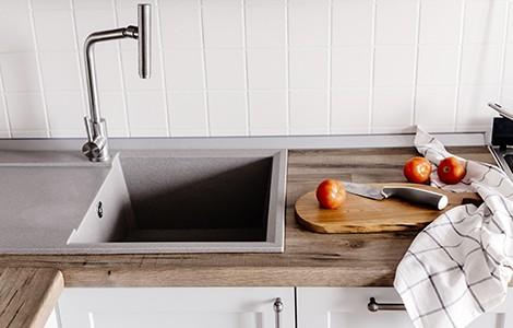 Une cuisine rustique en bois grisé