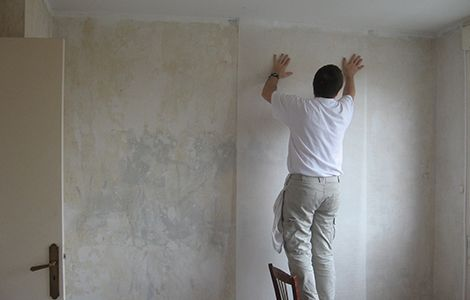 Rénovation d'un mur intérieur humide: pose d'une toile de verre