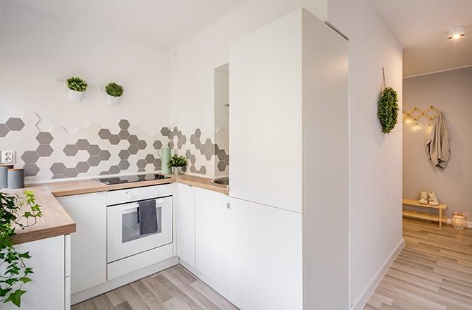 Association blanc et bois clair pour agrandir visuellement une petite cuisine.
