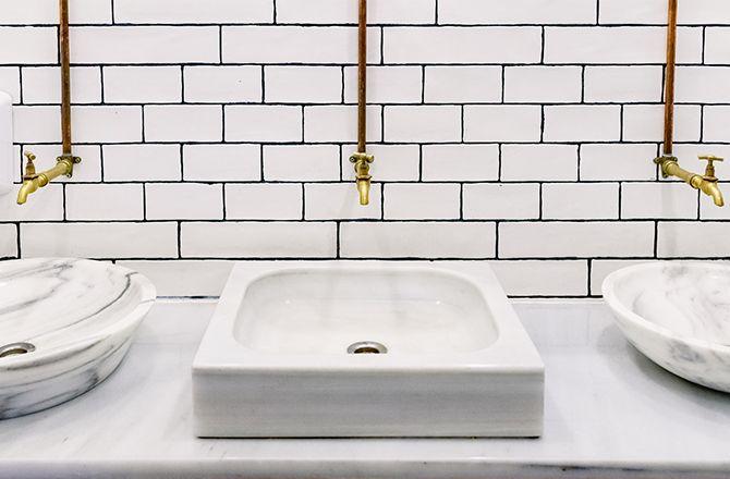 Mobilier salle de bain industrielle: canalisations apparentes