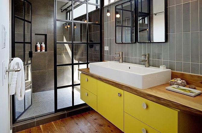 Une salle de bain industrielle, égayée par une touche de jaune @Jacob Delafond