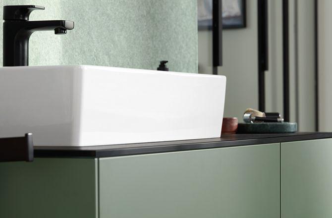 Mobilier salle de bain industrielle: faïence et robinet noir