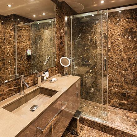 Marbre brun salle de bain