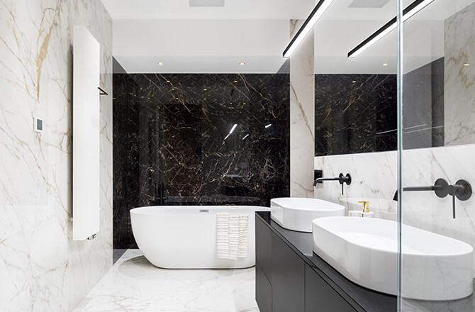 Marbre noir et blanc salle de bain