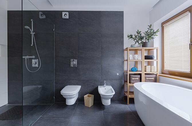 Travertin anthracite pour salle de bain moderne
