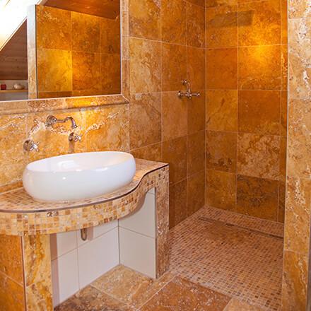 Salle de bain travertin orangé