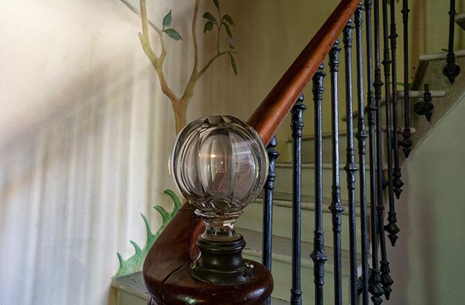 Déco cage d'escalierrampe bois et pommeau verre soufflé