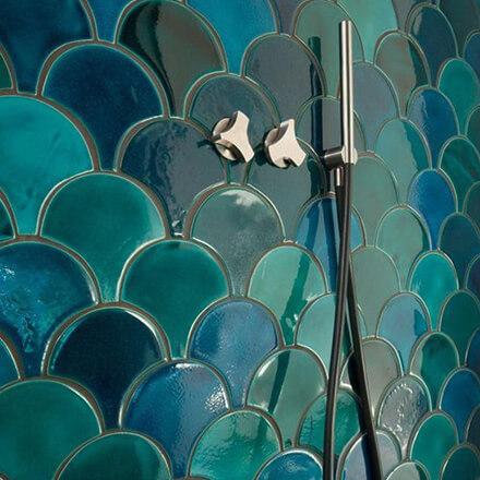 Salle de bain mosaïque ecaille poisson