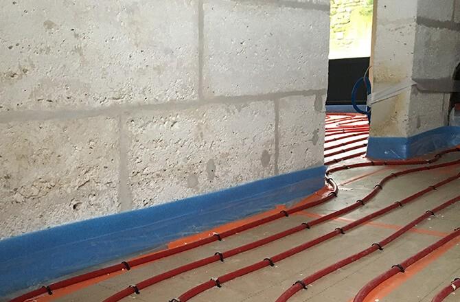 Plancher chauffant à eau: les bandes résilientes