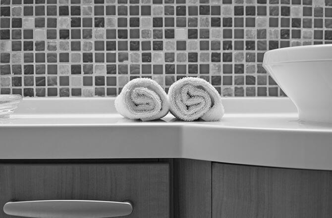 Salle de bain mosaïque grise