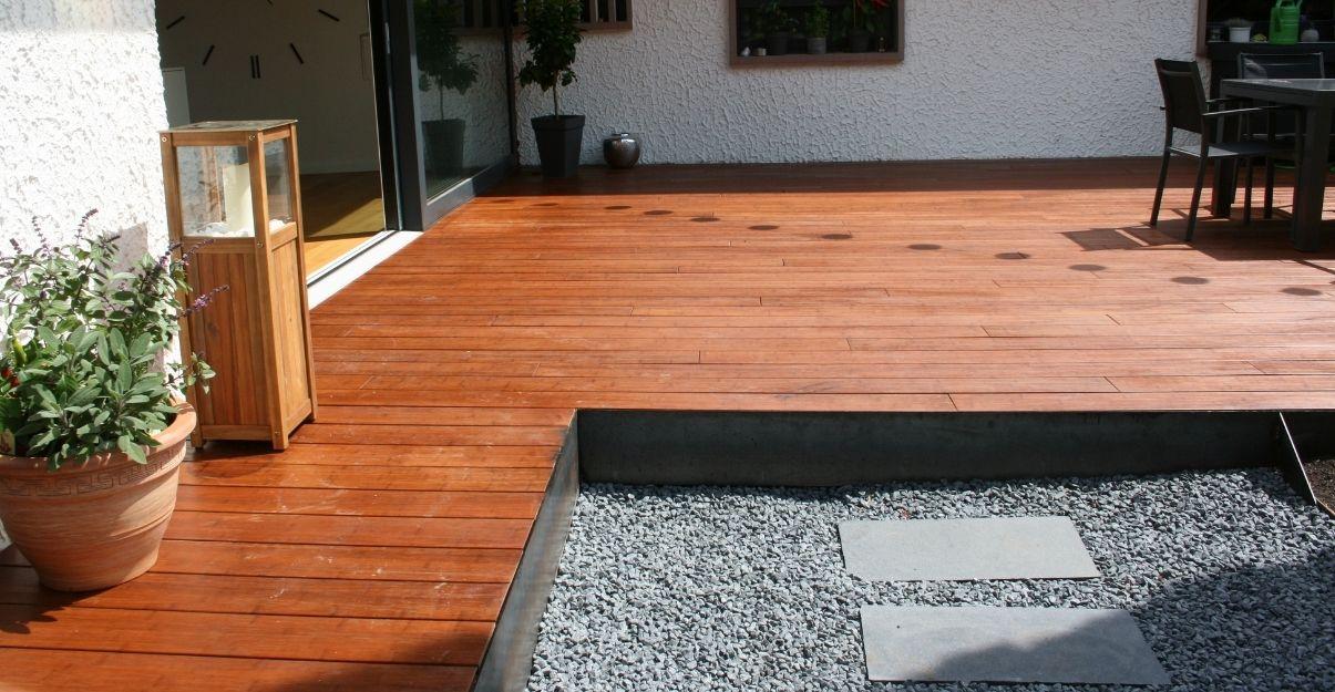 une belle terrasse dans un jardin sans gazon