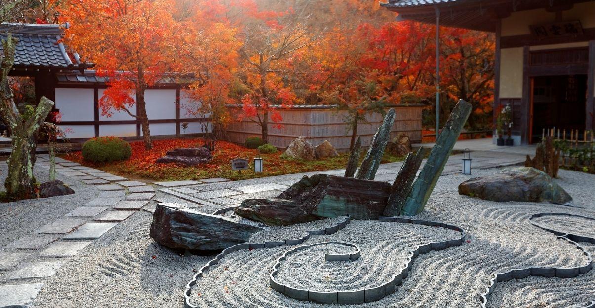 un jardin zen avec gravier