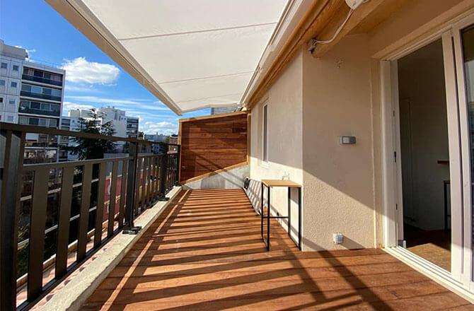 Terrasse bois sur un balcon