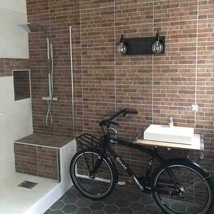 Salle de bain brique