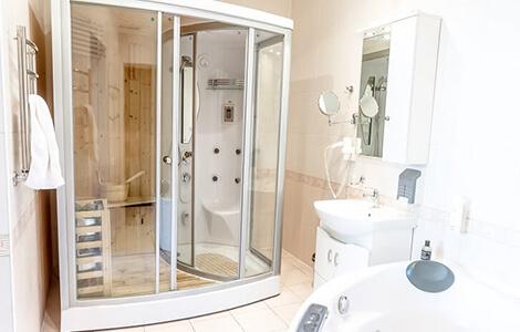 Le sauna combiné avec douche intégrée et parois transparentes