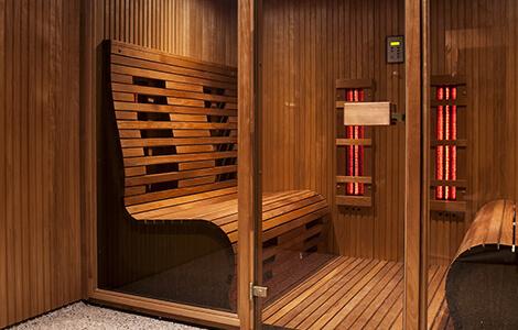 La cabine infrarouge: intérieur bois, radiateurs, portes vitrées