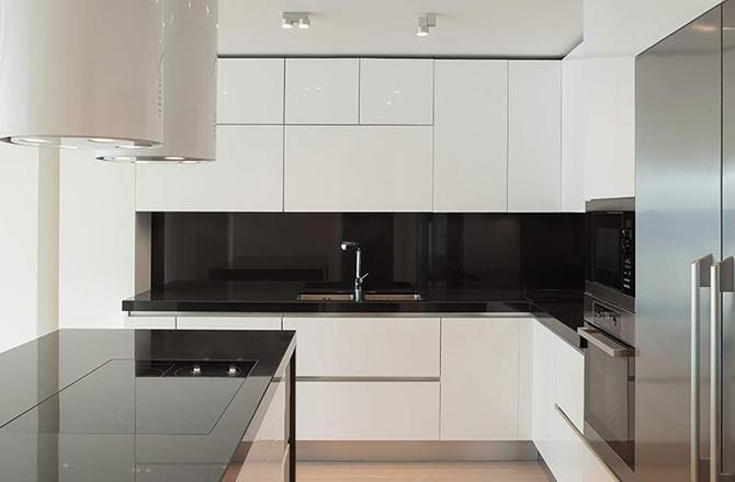 Du blanc, du noir et des lignes nettes pour une cuisine moderne...