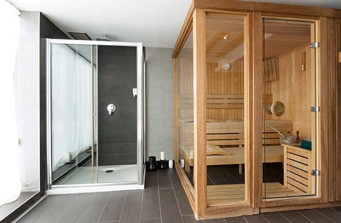 Le sauna en bois moyenne gamme pour 3 ou 4 personnes avec portes vitrées