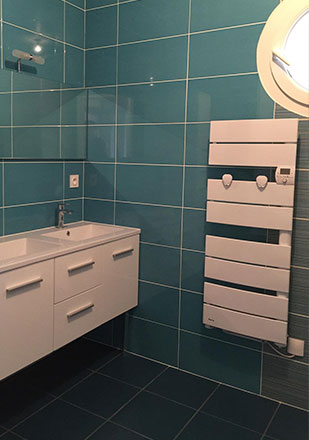 Salle de bain carrelage faience bleu