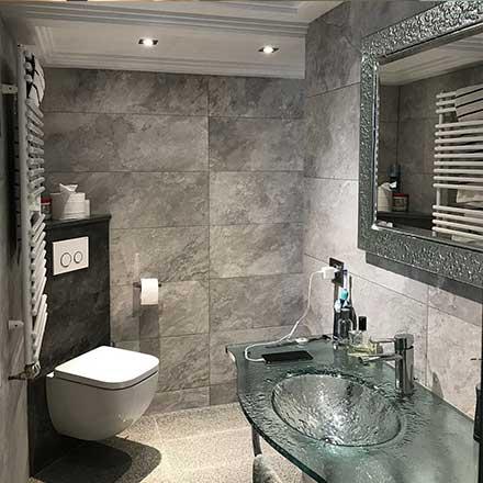 Salle de bain carrelage granit