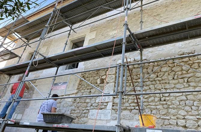 Un mur de façade piqué, en cours de rejointoyage