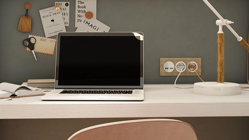 Une chambre d'adolescente avec des un coin bureau confort et des prises électriques en bois clair