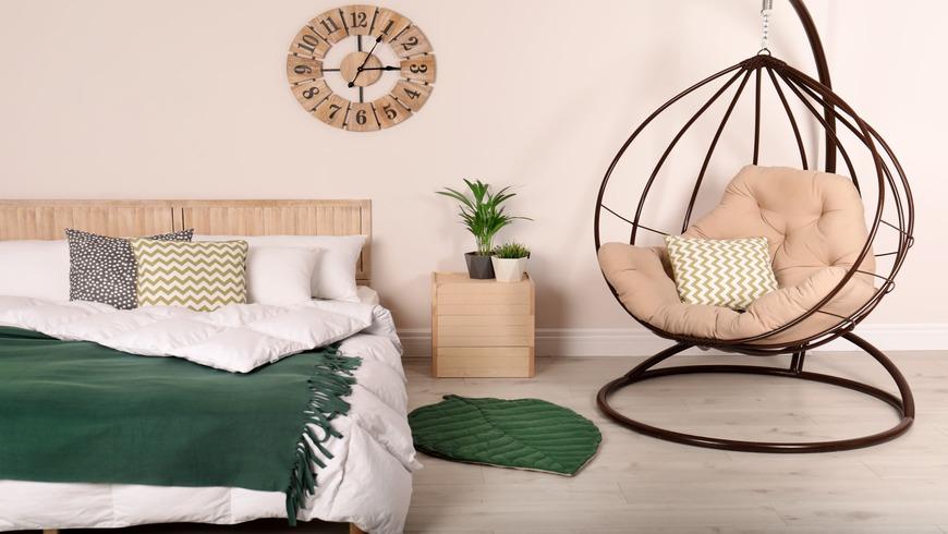Une chambre apaisante avec des touches de vert foncé
