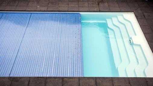 Une piscine couverte avec système de bâche à dérouler