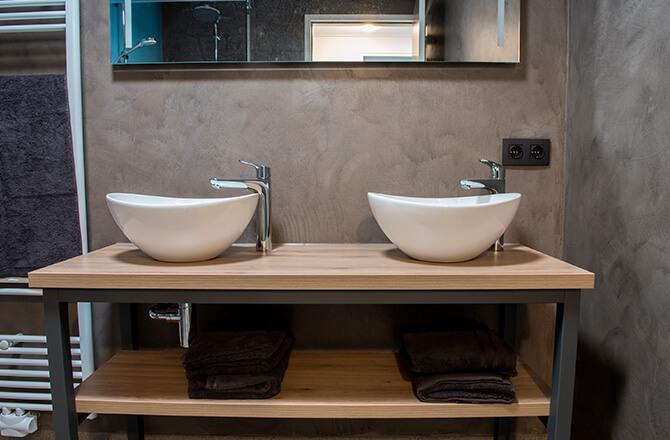 Une salle de bains contemporaine et béton ciré aux murs