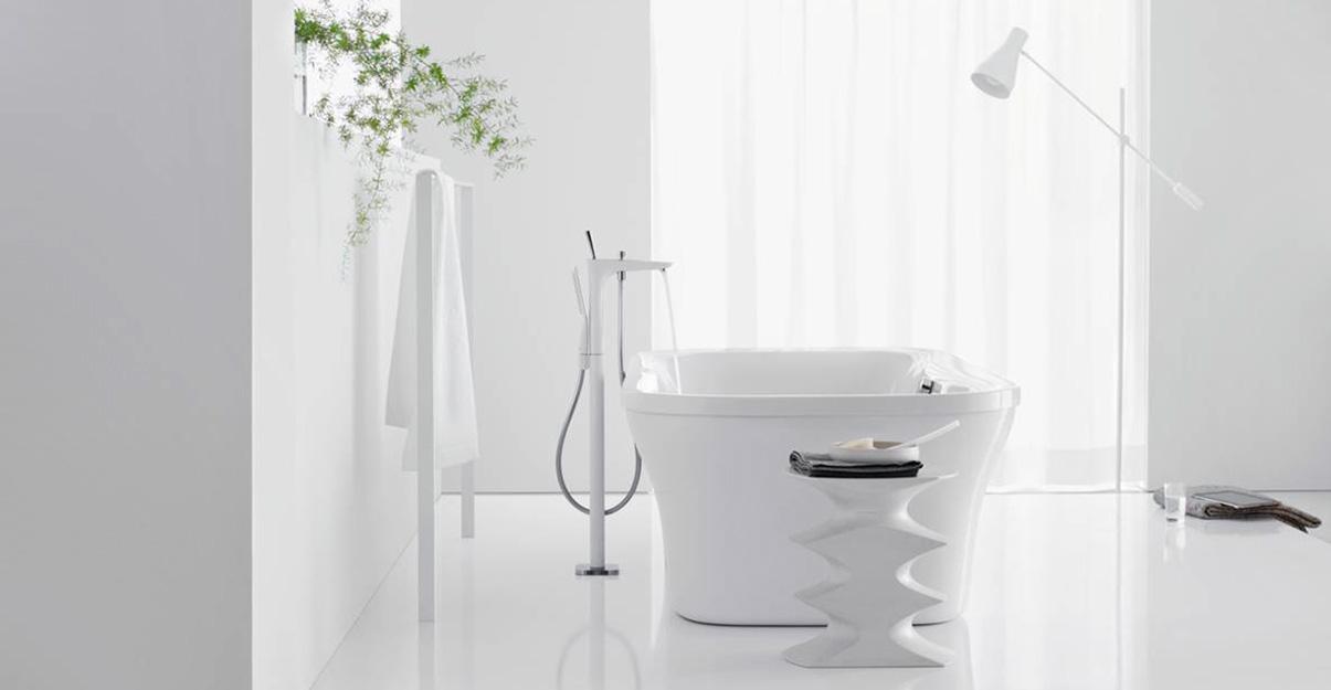 Une salle de bains contemporaine monochrome blanc