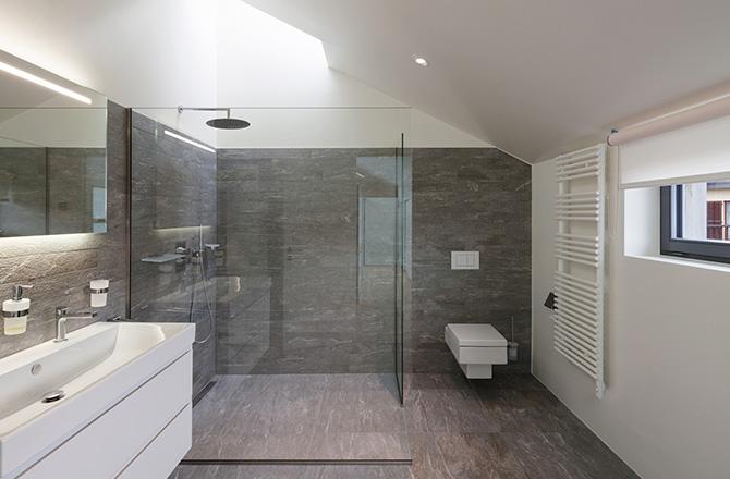 Une salle de bains contemporaine aux murs aspect pierres