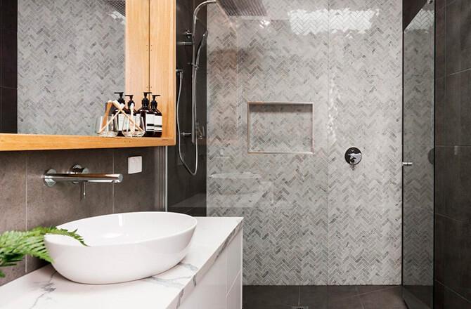 Une salle de bains contemporaine avec plan vasque en marbre